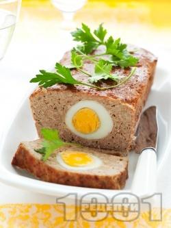 Лесно руло Стефани с телешка кайма пълнено с варени яйца, поднесено с гарнитура от картофено пюре - снимка на рецептата